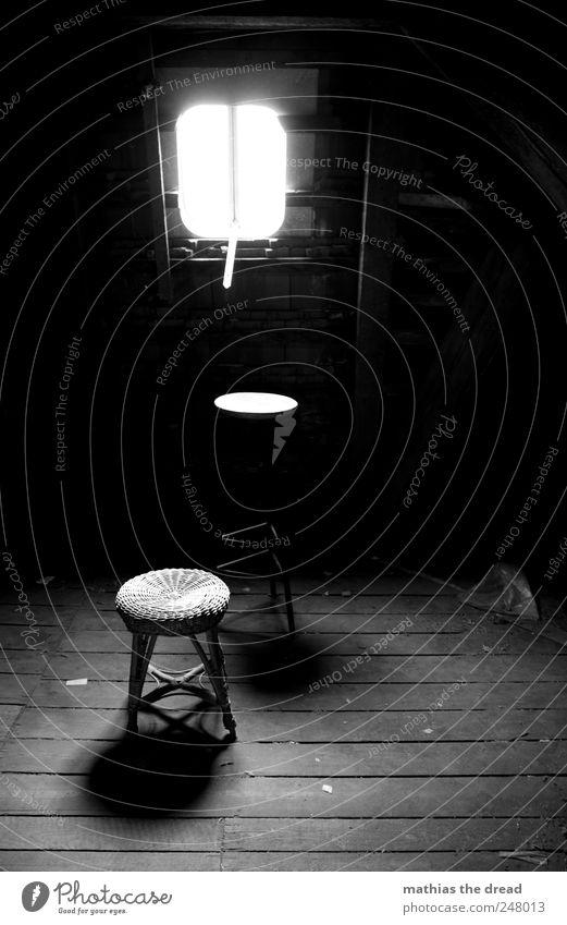 DACHBODEN VS. HOCKER Haus Bauwerk Gebäude Fenster Dach alt dreckig dunkel trist Dachboden Luke Hocker Sitz parken staubig Einsamkeit vergessen Holzfußboden rund