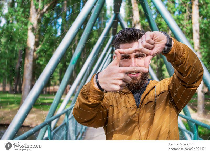 junger Mann, der mit den Händen einen fotografischen Rahmen simuliert. Lifestyle Ferien & Urlaub & Reisen Mensch maskulin Junger Mann Jugendliche Gesicht Auge