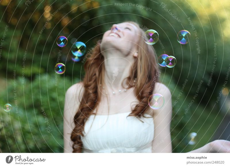 so leicht. Freude Glück feminin Junge Frau Jugendliche Haare & Frisuren Kleid rothaarig Blühend Erholung glänzend genießen Lächeln lachen leuchten träumen