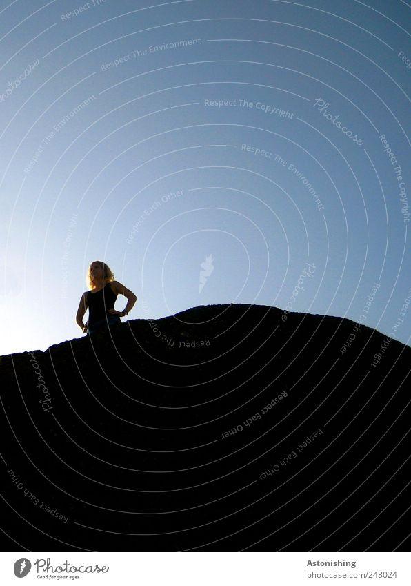die Aussicht genießen Mensch Junge Frau Jugendliche Erwachsene Freundschaft Haare & Frisuren Arme 1 18-30 Jahre Luft Himmel Wetter Schönes Wetter Blick stehen