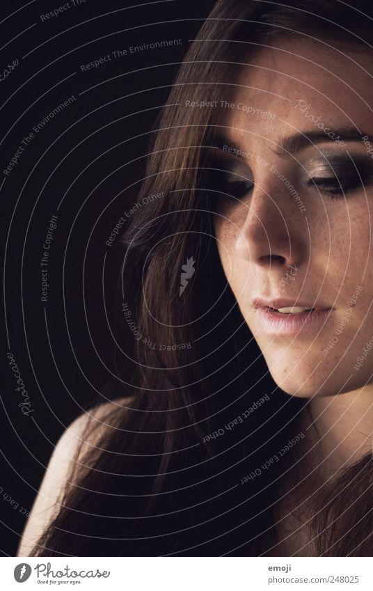 Lust. Mensch Jugendliche schön Gesicht feminin Erotik Erwachsene brünett 18-30 Jahre langhaarig Junge Frau lasziv Blick nach unten Schatten