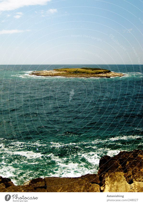 Insel Umwelt Natur Landschaft Pflanze Erde Sand Wasser Himmel Wolken Sonnenlicht Sommer Wetter Schönes Wetter Gras Sträucher Felsen Wellen Küste Meer blau weiß
