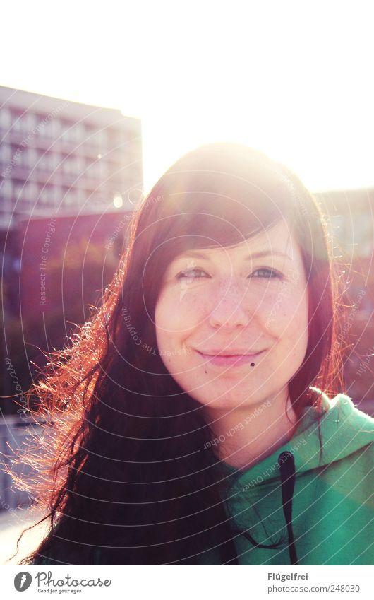 Leuchten feminin Junge Frau Jugendliche Erwachsene 1 Mensch 18-30 Jahre Lächeln Piercing Haare & Frisuren Glück Haus Gegenlicht feuerrot Sonnenlicht