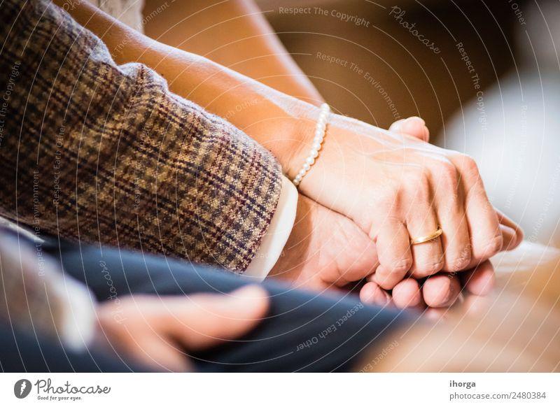 Hände verschlungenes Hochzeitspaar am Hochzeitstag schön Feste & Feiern Frau Erwachsene Mann Paar Partner Hand 2 Mensch 30-45 Jahre Liebe Fröhlichkeit