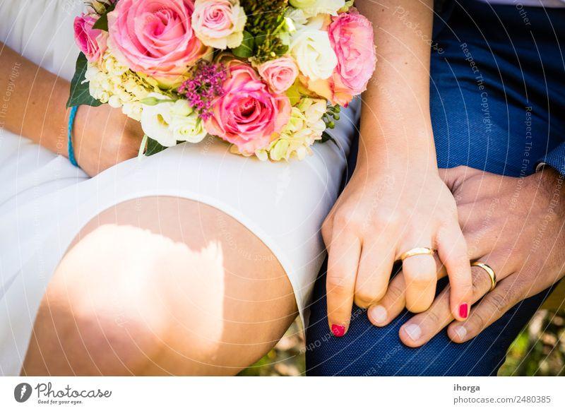 Ein Brautstrauß am Tag der Hochzeit elegant Design schön Feste & Feiern Frau Erwachsene Mann Paar Hand 2 Mensch 18-30 Jahre Jugendliche Natur Pflanze Blume Rose