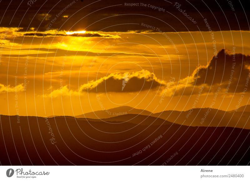 astronomische Refraktion mit Streuung kleiner Partikel Himmel Wolken Sonnenaufgang Sonnenuntergang Schönes Wetter Hügel Berge u. Gebirge natürlich positiv gold