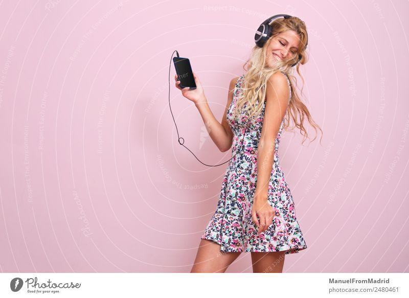 Junge Frau beim Musikhören Lifestyle Glück schön Tanzen Telefon Jugendliche Erwachsene Körper 18-30 Jahre blond Lächeln niedlich rosa Stimmung Freude Euphorie