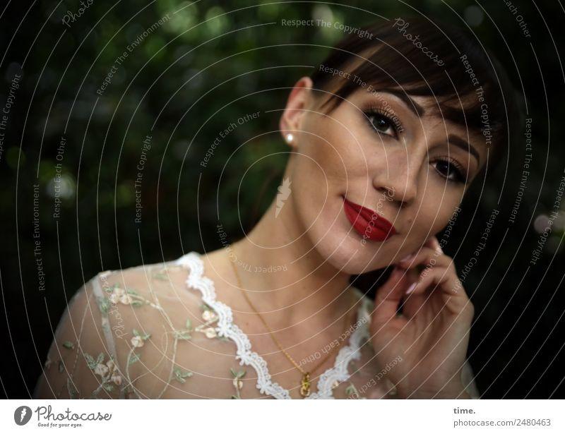 Nastya feminin Frau Erwachsene 1 Mensch Park Hemd Ohrringe brünett langhaarig beobachten Denken festhalten Blick träumen elegant Freundlichkeit schön