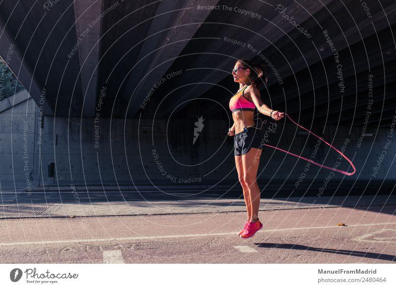 athletische Frau beim Springen mit Springseil Lifestyle Freude schön Körper Gesundheit Gesundheitswesen sportlich Fitness Wellness Leben Wohlgefühl