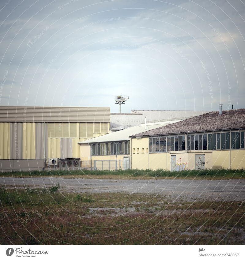 woanders sein. Industrie Himmel Pflanze Gras Haus Industrieanlage Fabrik Platz Bauwerk Gebäude Fassade Fenster Dach trist Farbfoto Außenaufnahme Menschenleer