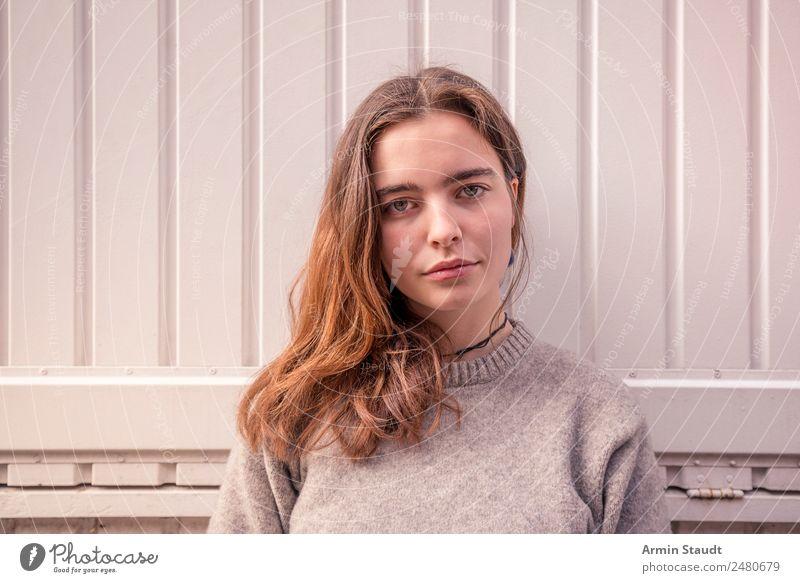 Porträt Frau Wand Weiß Lifestyle Stil schön Leben Wohlgefühl Zufriedenheit Sinnesorgane Erholung ruhig Meditation Sommer Mensch feminin Junge Frau Jugendliche