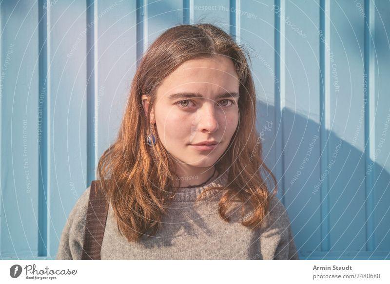 Porträt vor blauer Holzwand Lifestyle Stil Freude Glück schön Leben Wohlgefühl Zufriedenheit Sinnesorgane Erholung ruhig Meditation Sommer Mensch feminin