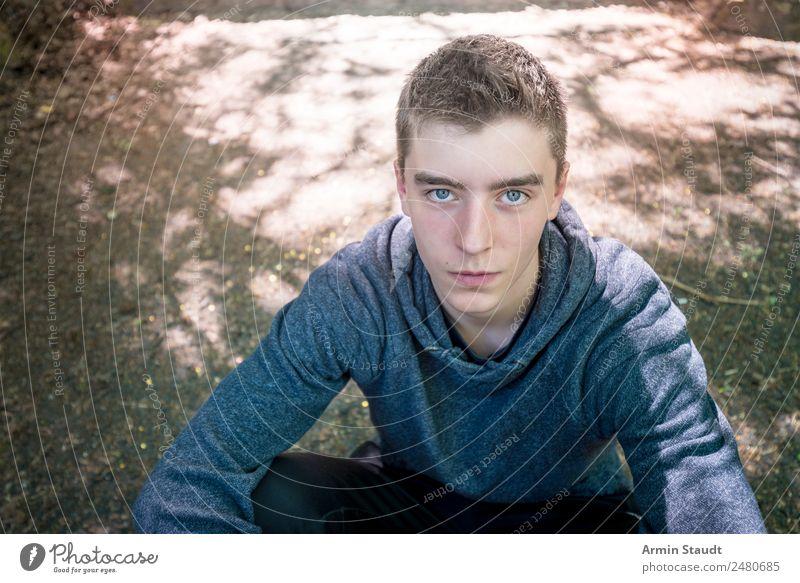 Porträt Lifestyle Stil schön Gesicht Leben Sinnesorgane ruhig Ausflug Mensch maskulin Junger Mann Jugendliche 1 13-18 Jahre Natur Erde Park sitzen authentisch