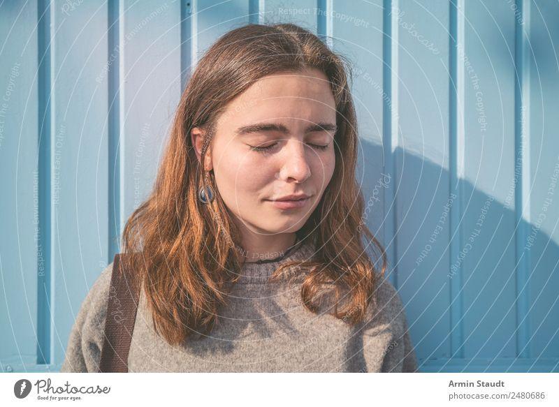 Sonne genießen Lifestyle Stil Freude Glück schön Leben Wohlgefühl Zufriedenheit Sinnesorgane Erholung ruhig Meditation Sommer Mensch feminin Junge Frau