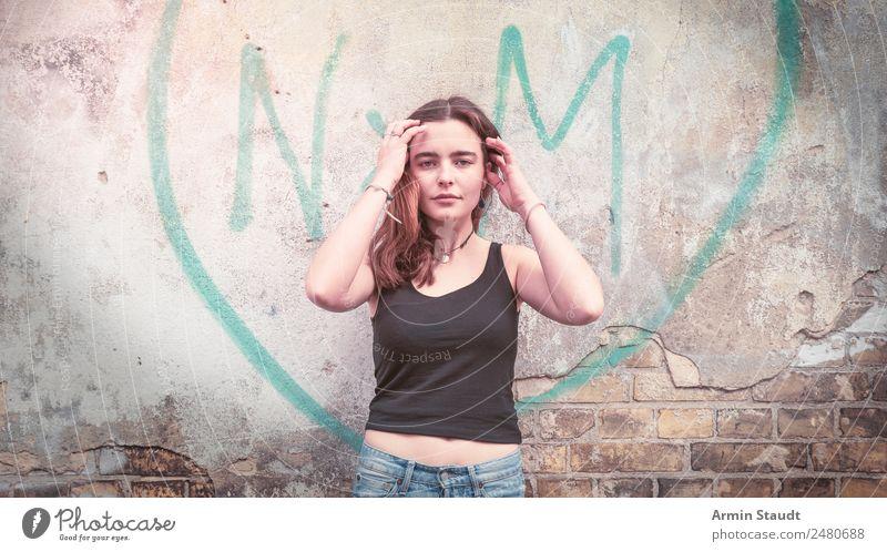 Porträt vor Graffiti Herzen II Lifestyle Stil Design Freude Glück schön Leben harmonisch Wohlgefühl Zufriedenheit Sinnesorgane Erholung ruhig Städtereise Mensch