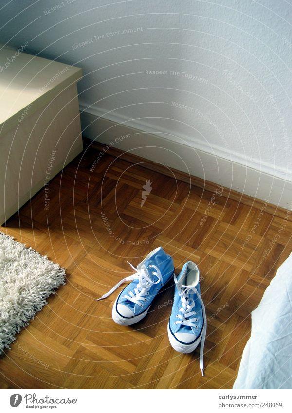 zu Besuch blau Wand Holz Stil Mauer Schuhe Raum Wohnung neu Häusliches Leben Möbel Wohnzimmer Turnschuh Chucks Punk Teppich