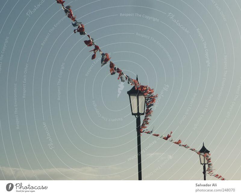 Die große Flatter Luft Himmel Schönes Wetter Wind Tazacorte La Palma Spanien Kanaren Dorf blau flattern wehen Fahne Straßenbeleuchtung Zerreißen mehrfarbig