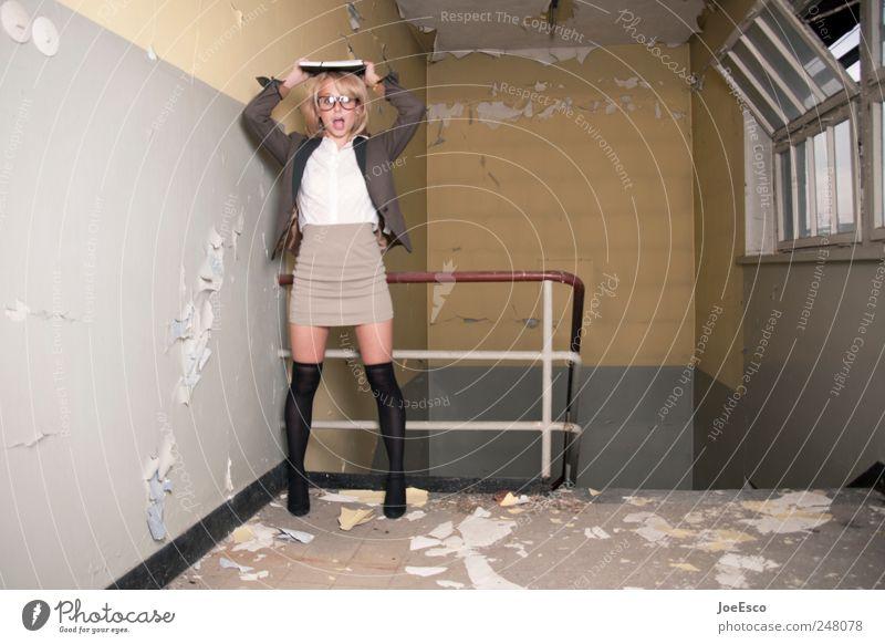 #248078 Frau Erwachsene Stil Arbeit & Erwerbstätigkeit blond Raum Angst lernen Studium Coolness Kleid Wut Umzug (Wohnungswechsel) schreien Stress Zukunftsangst