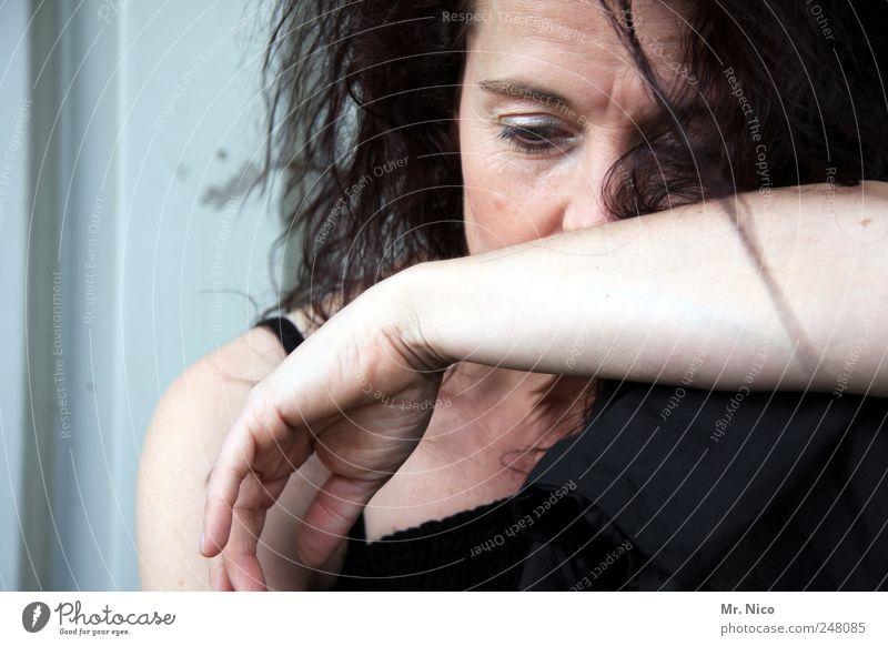 in gedanken Gesicht feminin Frau Erwachsene Auge Arme Hand langhaarig Traurigkeit Sorge nachdenklich Gedanke Sehnsucht Zweifel verschlossen verwundbar kaputt