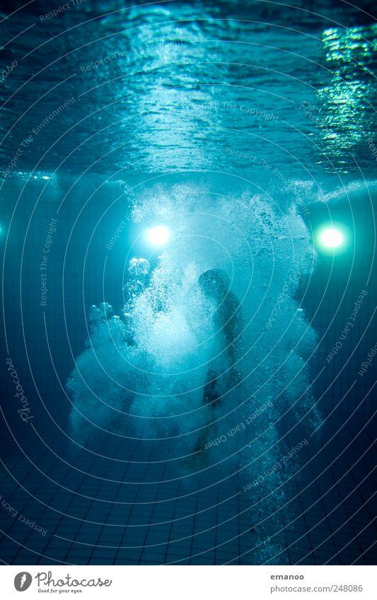 Auftrieb Mensch blau Wasser Freude Leben kalt Bewegung springen Luft Kraft Schwimmen & Baden hoch Lifestyle Schwimmbad tauchen Mut
