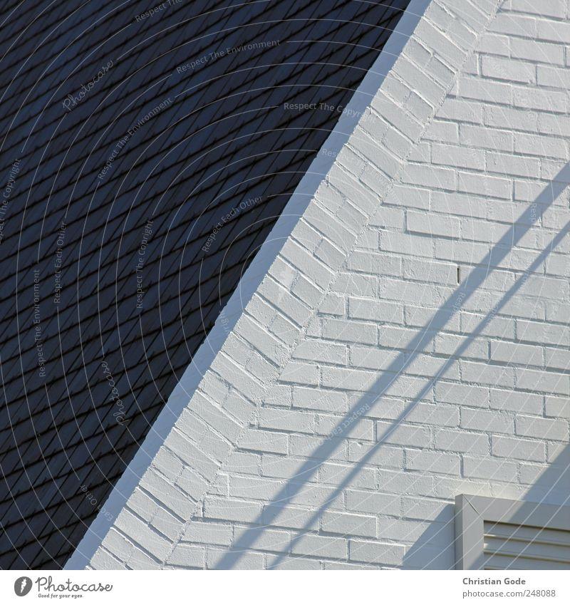 S/W Menschenleer Haus Einfamilienhaus Traumhaus Mauer Wand Fassade Fenster Dach Dachrinne schwarz weiß Backstein diagonal Schatten Schwarzweißfoto