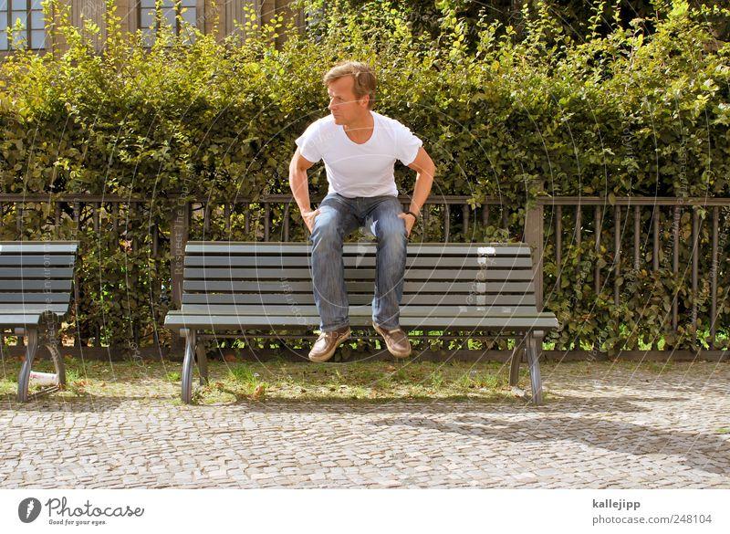 hochsitz Mensch maskulin Mann Erwachsene 1 Pflanze Sträucher sitzen Bank Parkbank Hecke Geländer hüpfen Schweben Pause Farbfoto mehrfarbig Außenaufnahme Licht