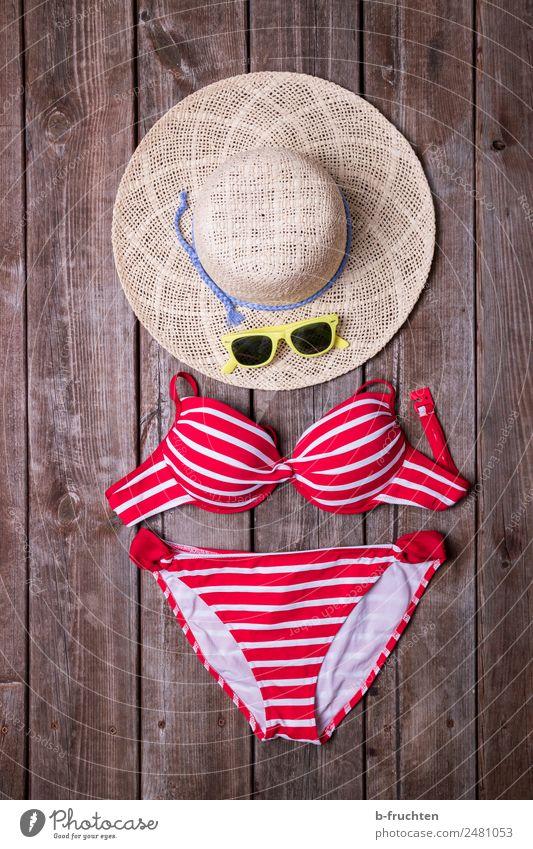 Sommerurlaub Wellness Leben Schwimmen & Baden Sonnenbad Bikini Sonnenbrille Hut Erholung Freiheit Freizeit & Hobby Freude Ferien & Urlaub & Reisen Holzbrett