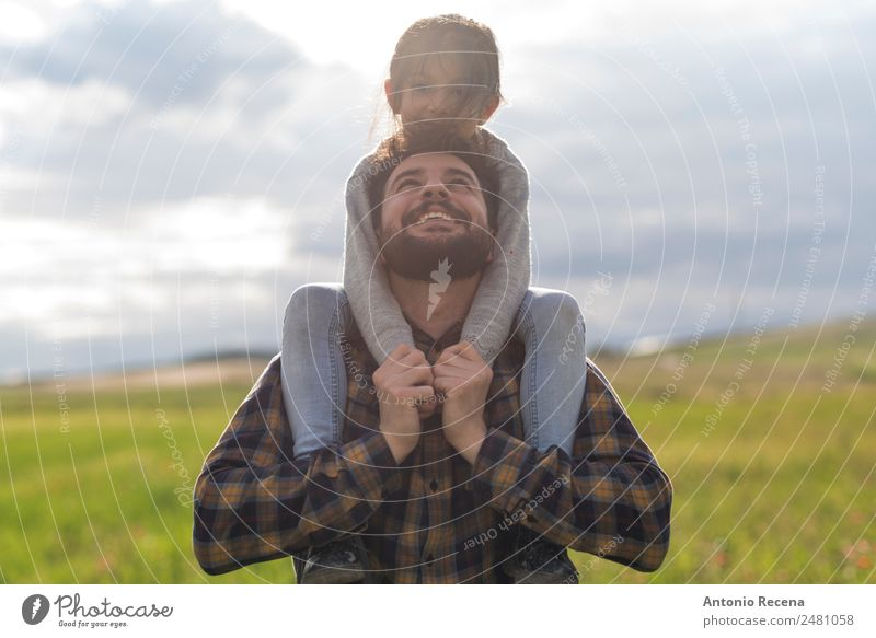 Vater und Tochter Spielen Kind Mann Erwachsene Eltern Familie & Verwandtschaft Kindheit 2 Mensch 3-8 Jahre 30-45 Jahre Blume Wiese Umarmen Arabien Sohn Hipster