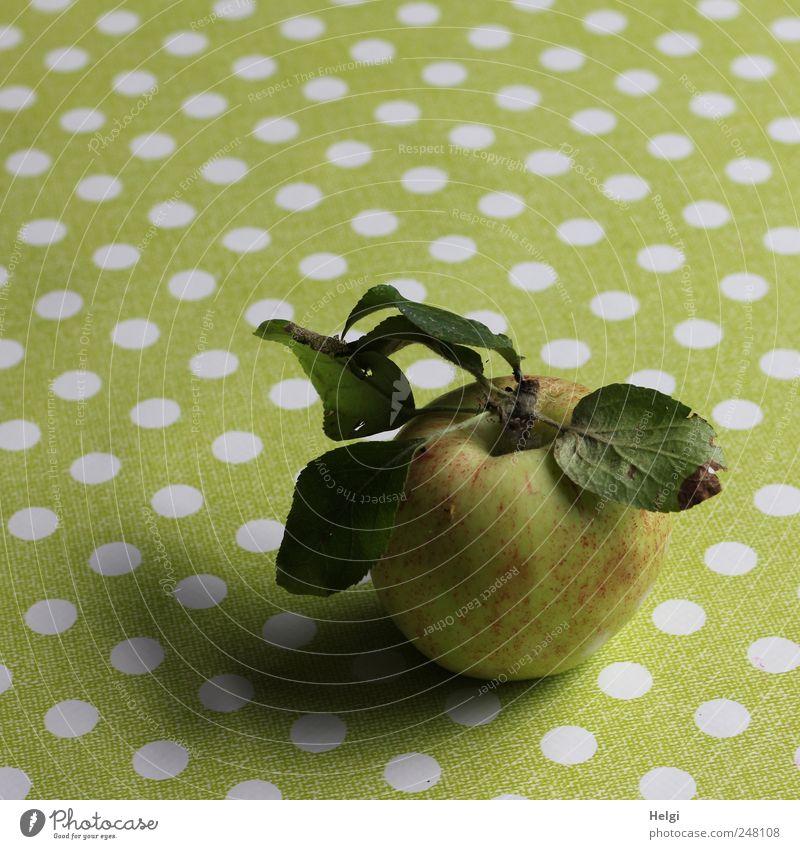 an apple a day... Natur weiß grün rot Blatt Ernährung Lebensmittel Gesundheit Frucht liegen ästhetisch frisch süß natürlich rund authentisch