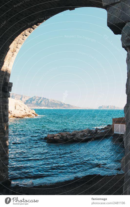Tor zur Welt Natur Hafenstadt außergewöhnlich Torbogen Marseille Corniche Meer Wasser Wärme kalt Schatten Bucht anse de la fausse monnaie Provence Mittelmeer