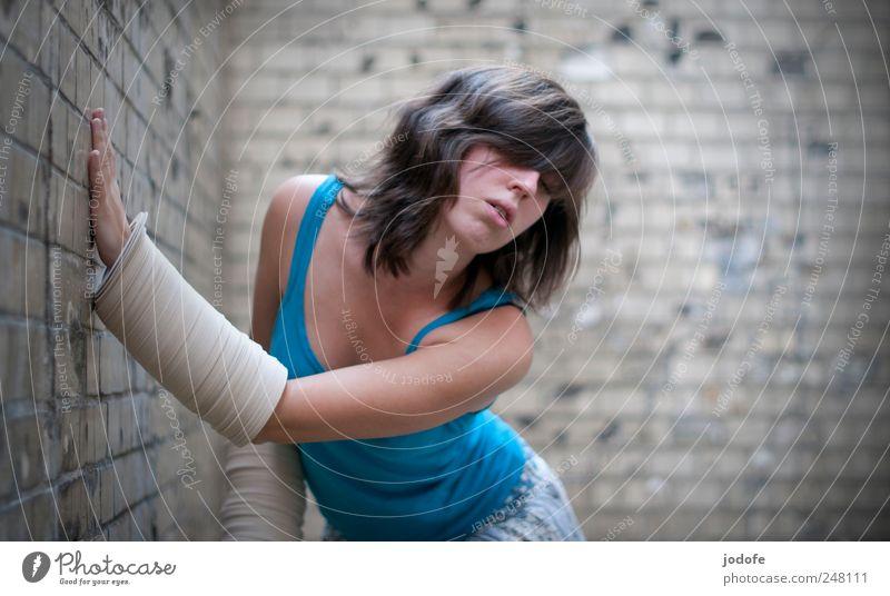 obwohl ich selber schwanke... Mensch feminin Junge Frau Jugendliche 1 18-30 Jahre Erwachsene festhalten Bewegung einzigartig Kontrolle Leidenschaft Gefühle