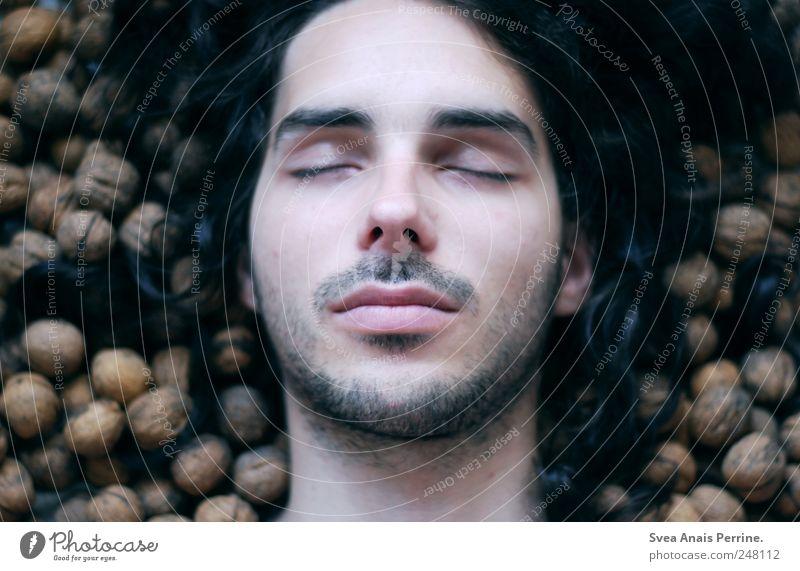 schlafender Herbst. maskulin Haare & Frisuren Gesicht 1 Mensch 18-30 Jahre Jugendliche Erwachsene Umwelt schwarzhaarig langhaarig Locken Bart träumen