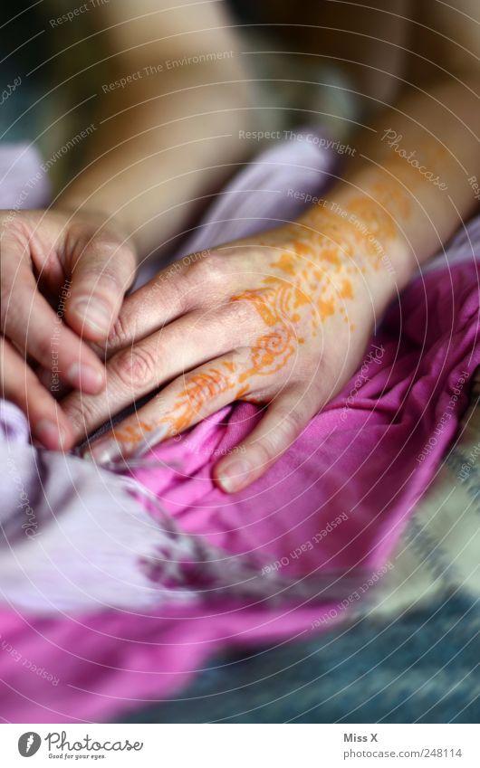 henna schön Haut Hand Finger Stoff exotisch rot Tattoo Hennamalerei Farbfoto mehrfarbig Nahaufnahme Muster Schwache Tiefenschärfe