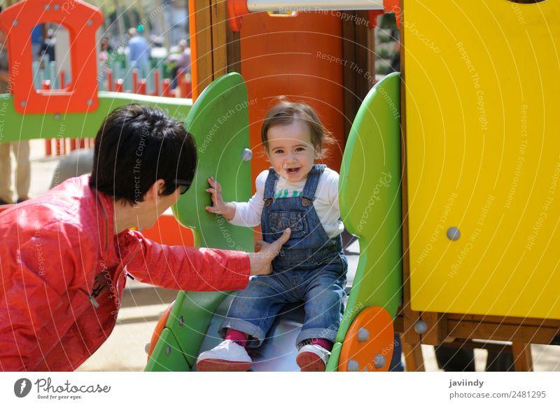 Kleines Mädchen spielt auf einem städtischen Spielplatz. Lifestyle Freude Glück schön Freizeit & Hobby Spielen Sommer Klettern Bergsteigen Kind Mensch Baby Frau