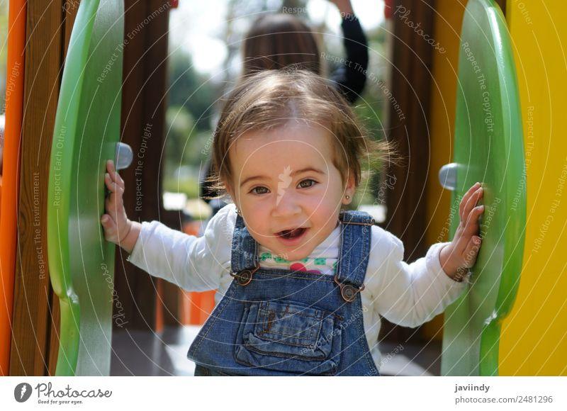 Glückliches kleines Mädchen, das auf einem städtischen Spielplatz spielt. Lifestyle Freude schön Freizeit & Hobby Spielen Sommer Klettern Bergsteigen Kind