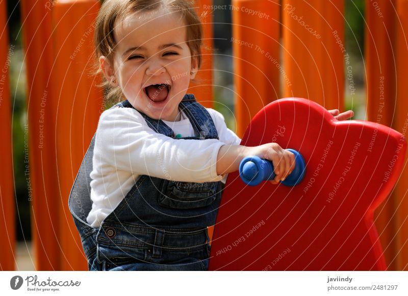 Kleines Mädchen spielt auf einem städtischen Spielplatz. Lifestyle Freude Glück schön Freizeit & Hobby Spielen Sommer Klettern Bergsteigen Kind Mensch Baby