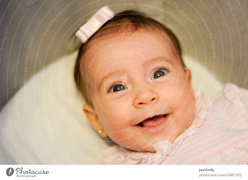 Baby Mädchen zwei Monate alt lächelnd Freude Glück schön Gesicht Leben Kind Fotokamera Mensch Kindheit 1 3-8 Jahre Lächeln lachen Fröhlichkeit klein niedlich