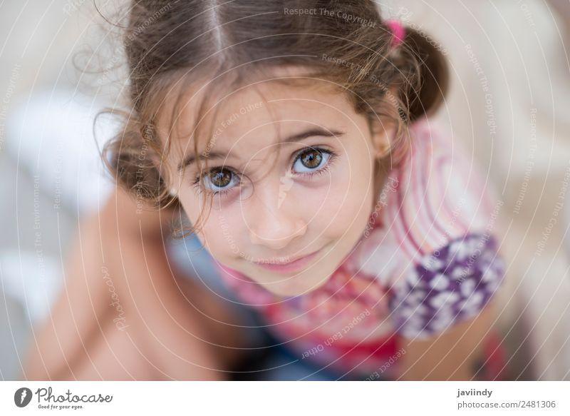 Bezauberndes kleines Mädchen, gekämmt mit Zöpfen. Lifestyle Freude Glück schön Gesicht Sommer Kind Mensch Frau Erwachsene Kindheit Kopf 1 3-8 Jahre Natur Park