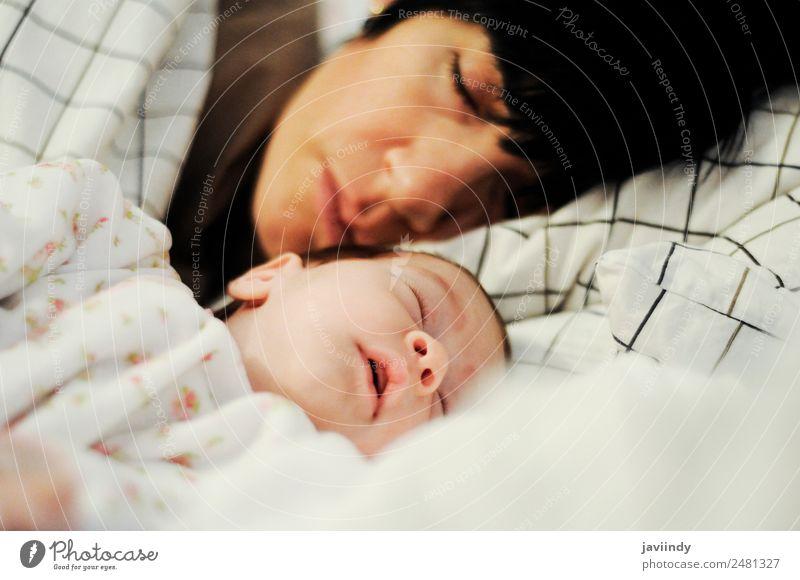 Mutter und süßes kleines Babymädchen im Schlaf Glück schön Leben Schlafzimmer Kind Mensch feminin Frau Erwachsene Eltern Familie & Verwandtschaft Kindheit 2