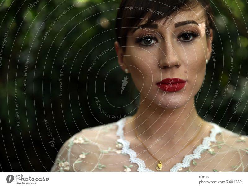 Nastya feminin Frau Erwachsene 1 Mensch Hemd Ohrringe Halskette brünett langhaarig Pony Zopf beobachten Denken Blick warten schön selbstbewußt Willensstärke