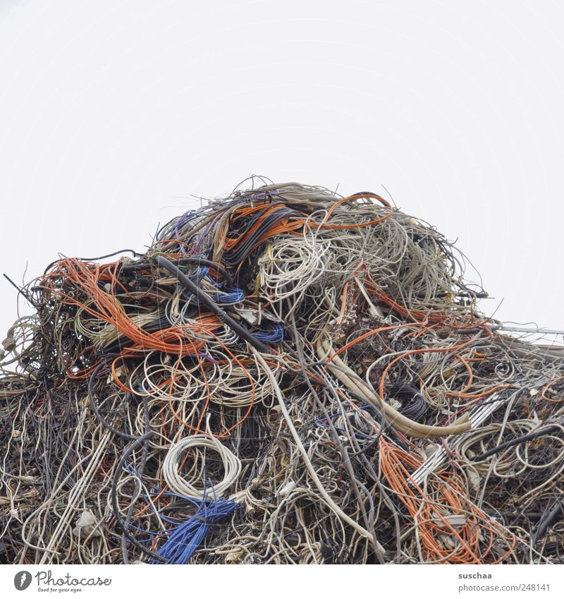 müll .. statt liegewiese Kunststoff kaputt mehrfarbig chaotisch Umweltverschmutzung Kabelsalat Müllhalde Berg Abfall Elektrozubehör Entsorgung Schrottplatz