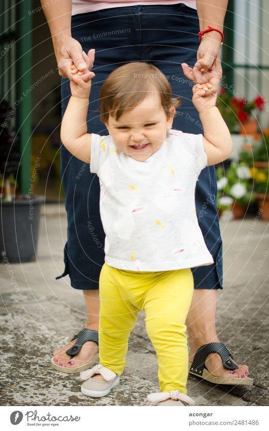 Mensch schön Freude Mädchen Lifestyle Gefühle feminin Glück Kindheit Fröhlichkeit genießen laufen Baby entdecken 0-12 Monate