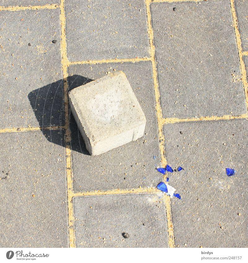 Universalwerkzeug Stein Beton liegen kaputt blau grau Aggression Ärger Zerstörung 1 Pflastersteine Quader Rechteck Linie Schatten Scherbe Fuge Bürgersteig