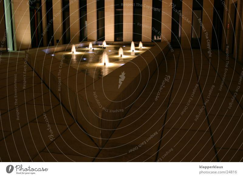 Brunnen Beleuchtung Licht Pannenhilfe Architektur Schatten Innenhof