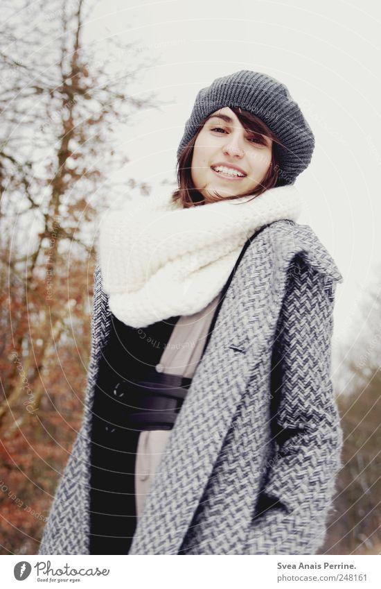 lächeln. feminin Junge Frau Jugendliche Gesicht 1 Mensch 18-30 Jahre Erwachsene Herbst Winter Baum Mode Mantel Schal Mütze brünett Lächeln einzigartig kalt