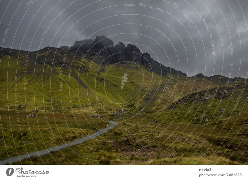Old Man of Storr auf der Isle of Skye in Schottland Landschaft Gras Grünpflanze Wiese natürlich schön grün Leben Endzeitstimmung Erfahrung Natur Umwelt