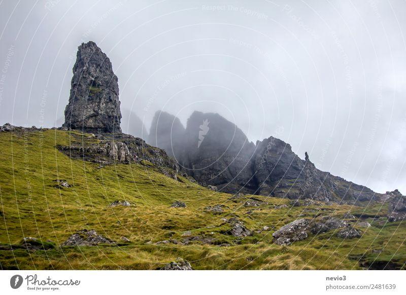 Old Man of Storr auf der Isle of Skye in Schottland Landschaft Herbst Klima Wetter schlechtes Wetter Nebel Gras Wiese Hügel Felsen Berge u. Gebirge Gipfel grün