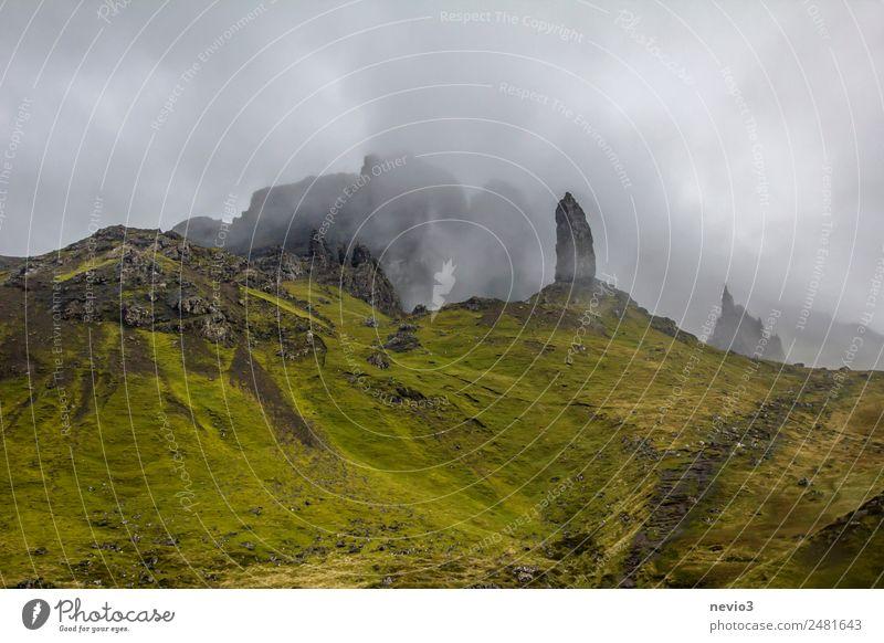 Old Man of Storr auf der Isle of Skye in Schottland Landschaft Wolken Sommer Herbst schlechtes Wetter Nebel Gras grün Reisefotografie Insel Berge u. Gebirge