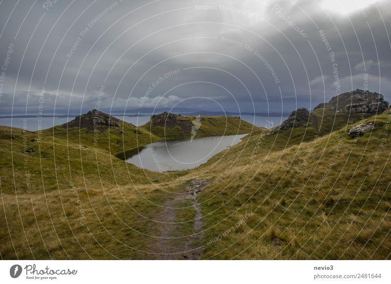 Old Man of Storr auf der Isle of Skye in Schottland Natur grün Landschaft Meer Wolken Berge u. Gebirge dunkel Umwelt Wege & Pfade Wiese Gras Tourismus See Regen