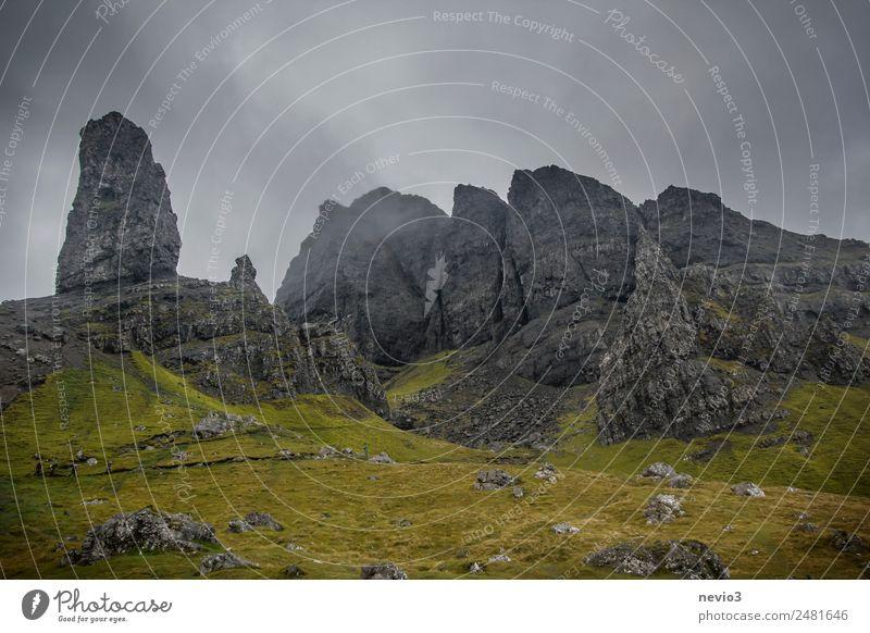 Old Man of Storr auf der Isle of Skye in Schottland Landschaft Himmel Gewitterwolken Herbst Klima Wetter schlechtes Wetter Nebel Regen Gras Grünpflanze